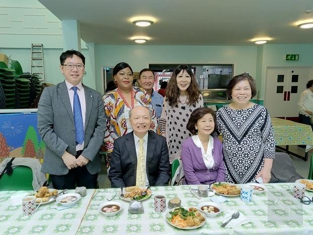 程祥雲夫婦(前排左、右)、張希賢(後排左一)、張志強(後排右三)、林葳(後排右二)等人合影。