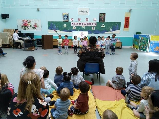 彩虹幼稚園小朋友在老師帶動下唱唱跳跳,活潑可愛。