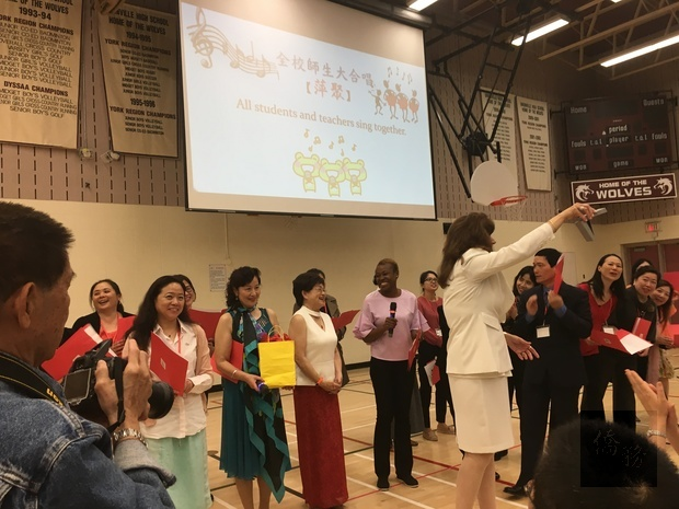 全校師生合唱中文歌曲「萍聚」。
