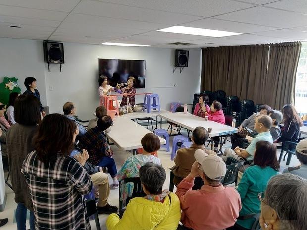 大溫哥華臺灣同鄉會端午節活動,鄉親學習包粽子。