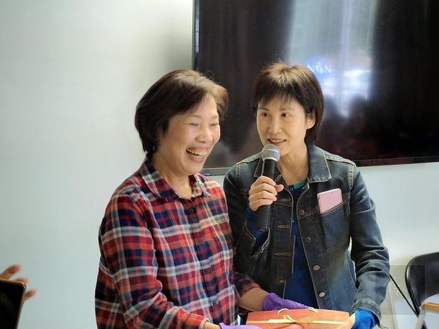 房世伶(右)特別規劃包粽子教學讓鄉親學習體驗。