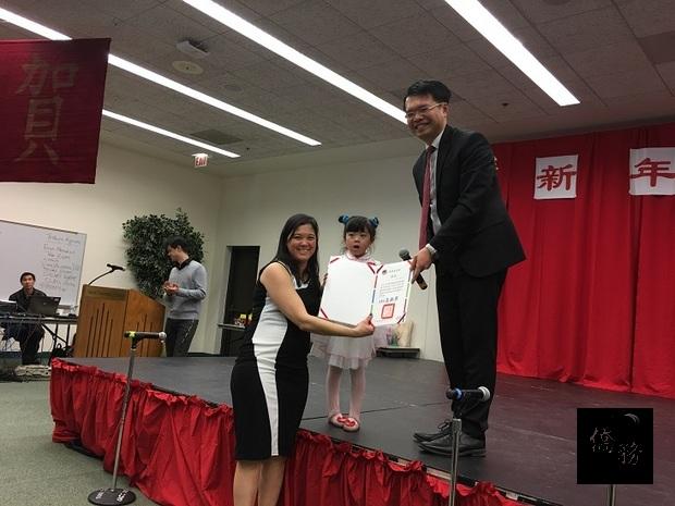 王偉讚(右)頒贈僑委會雙十國慶活動有功團體獎狀,賴怡岑(左)代表接受。