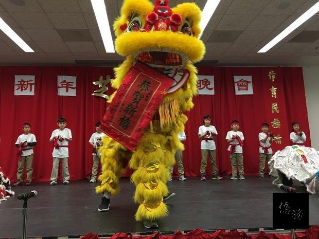 芝北中文學校學童帶來祥獅獻瑞表演。