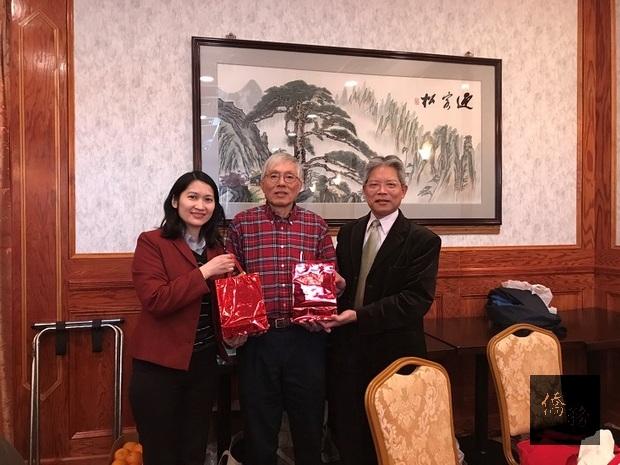 陳世池(右)致贈年節賀禮予德拉瓦臺灣同鄉會,由郭鵬坤(中)代表接受。