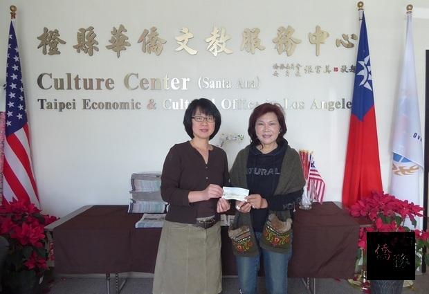 魏渝蓉(左)關切花蓮地震災區鄉親,13日委請楊海華(左)轉交賑災捐款。