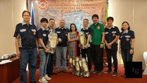 社會善心人士捐贈8組空氣呼吸器給幫邦菲華義勇消防會。