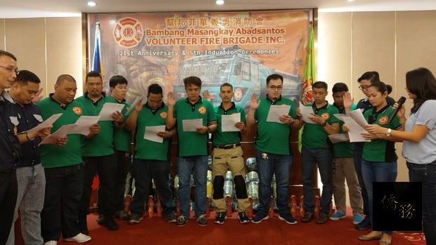 楊瑜玉為幫邦菲華義勇消防會消防隊員們監誓。