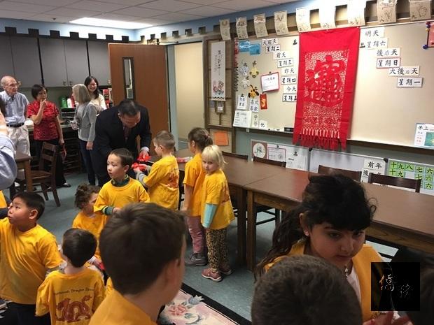 陳敏永參觀中文班教室並發紅包,使小朋友親身體驗農曆過年的氣氛。