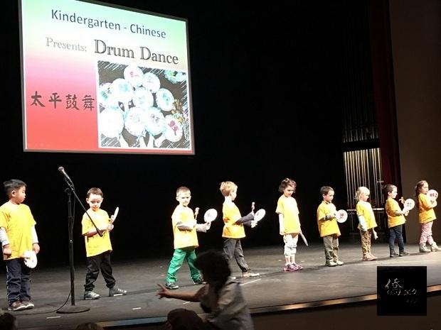 中文幼稚園班小朋友表演太平鼓舞,具傳統文化特色。