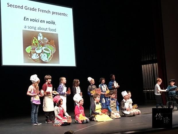 法語班小朋友以唱遊介紹法國料理,充滿異國風情。