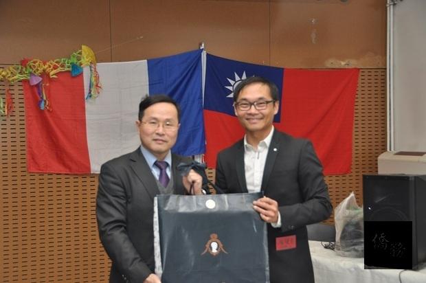 林宏穎致贈駐法國代表處精緻禮品,由趙健甫(右)代表接受。