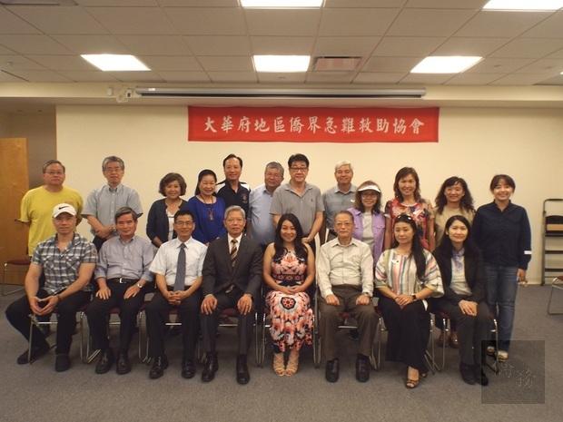 陳世池(前排左四)、王怡如(前排右一)與急難救助協會理事與會員合影