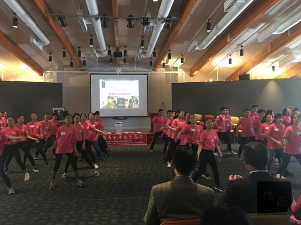 60名FASCA學員以團體舞蹈開場,為結業式揭開序幕