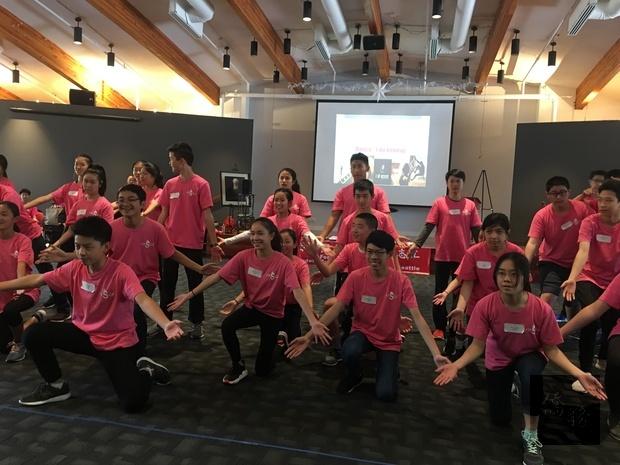 學員表演現代舞展現年輕氣息與活力