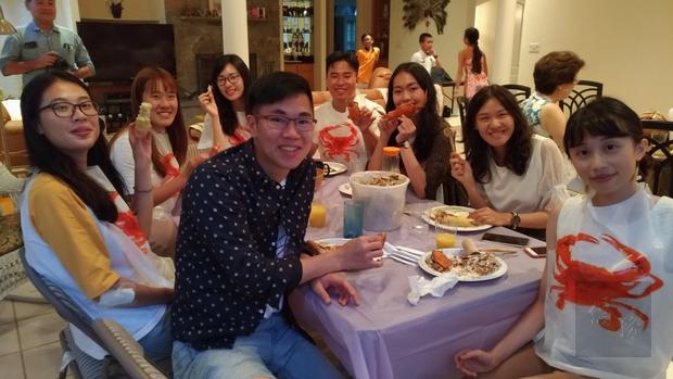 「2019年臺灣青年海外搭僑計畫」大華府地區學員與寄宿家庭相見歡之享用螃蟹大餐。