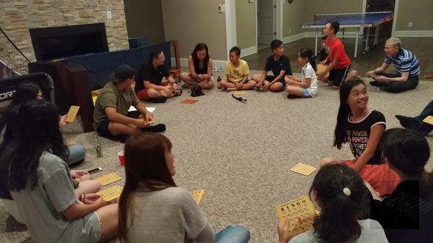 大華府地區學員與寄宿家庭成員玩賓果遊戲。