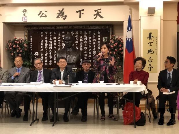 屋崙中華會館主席張慧珍(右3)致詞