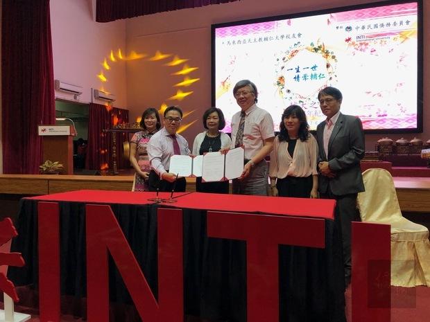 洪慧珠(左3)參與輔仁大學及英迪國際大學簽署博士課程的合作備忘錄儀式。