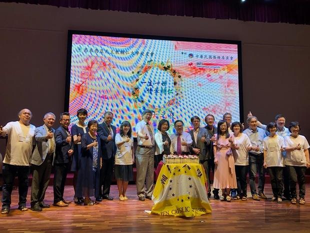 洪慧珠(左9)與出席貴賓合影。