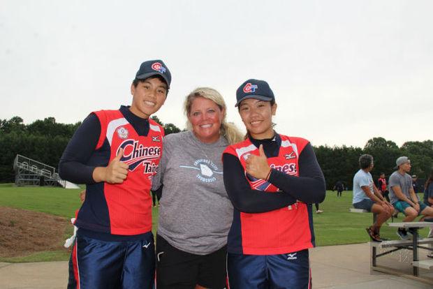 美國教練田伯瑞拉(Stacy Tamborra)指導的兩位投手杜雅婷(左)和蔡珈蓁。
