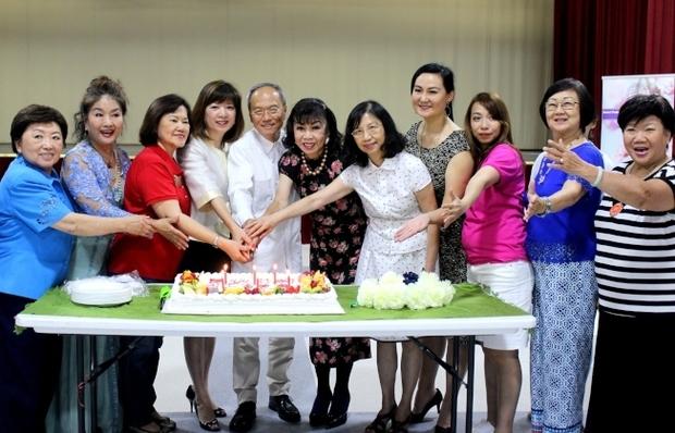 洪良冰(左三起)、黎淑瑛、吳新興、譚秋晴、陳奕芳、孫玉玟及資深會員切蛋糕。
