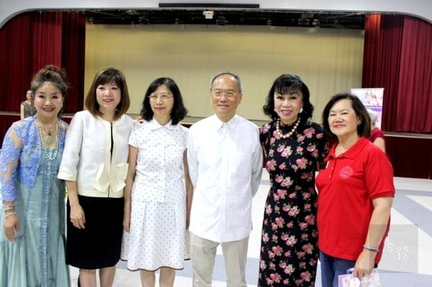 王妍霞(由左至右)、黎淑瑛、陳奕芳、吳新興、譚秋晴、洪良冰合影。