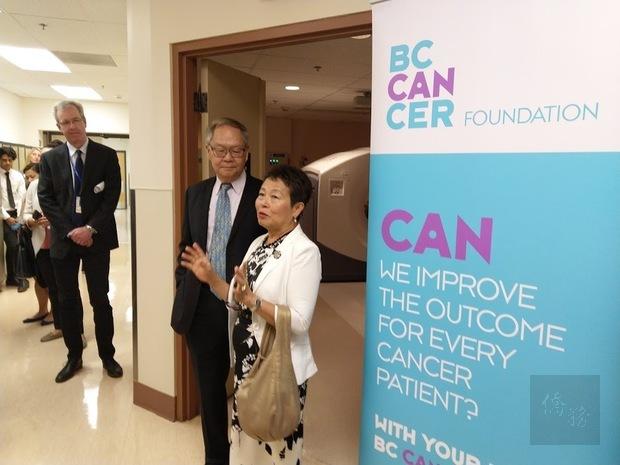 卑詩癌症中心PET/CT掃描室揭幕式,張理瑲(右1)、潘立中(右2)發表捐款感言。