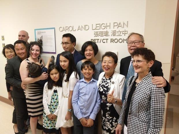 卑詩癌症中心PET/CT掃描室揭幕式,張理瑲、潘立中家族合影。