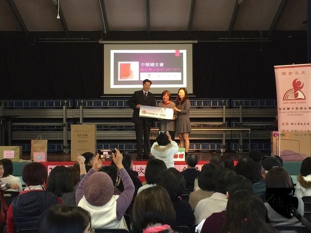 華航紐西蘭分公司林信郎總經理與幸運機票得主Leah Sung合影