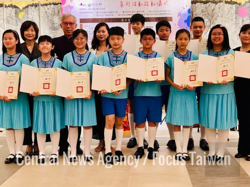 National Dr. Sun Yat-sen Memorial Hall Director-General Liang Yung-fei (fourth left) with teachers and students of Taipei Municipal Guangfu Elementary School/Photo courtesy of CNA