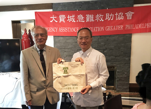 OCAC Commissioner James Shieh (left) initiated the Emergency Assistance Association Greater Philadelphia. The establishment ceremony was hosted by OCAC Minister Wu Hsin-hsing (right) and was attended by 10 overseas compatriot groups.