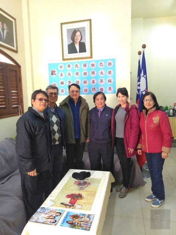 周麟(左3)訪視貝多芳市,僑務諮詢委員張南隆(右3)與貝多芳中華會館理事長曾錦輝(左1)熱情迎接。