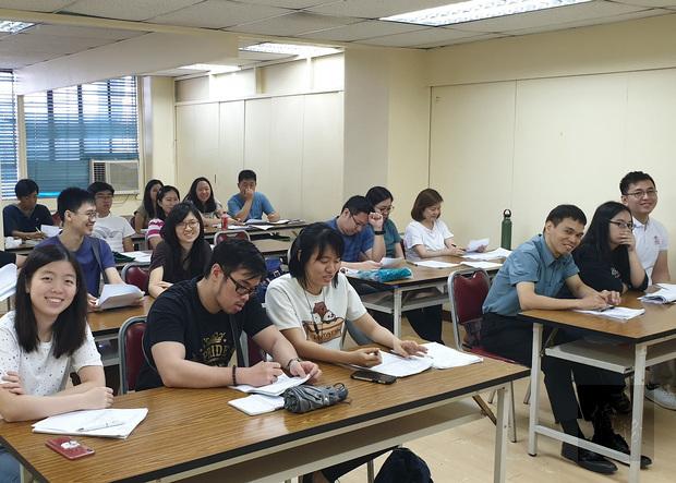 中級班學員專心聆聽伍杏月老師授課。
