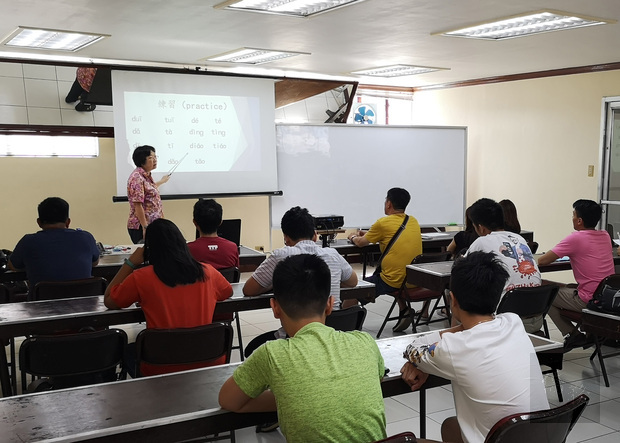 施子莉老師為初級班學員上課。