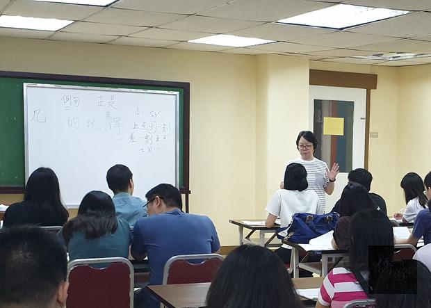 伍杏月老師為中級班學員上課。