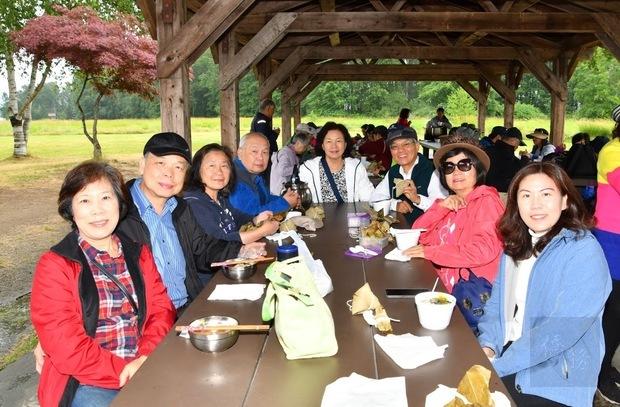 溫哥華臺灣客家會端午郊遊野外趣活動,參與鄉親合影,左1起:鄒運盛夫人、鄒運盛、謝明珠伉儷、孫淑蕙;右1:江佳慧。