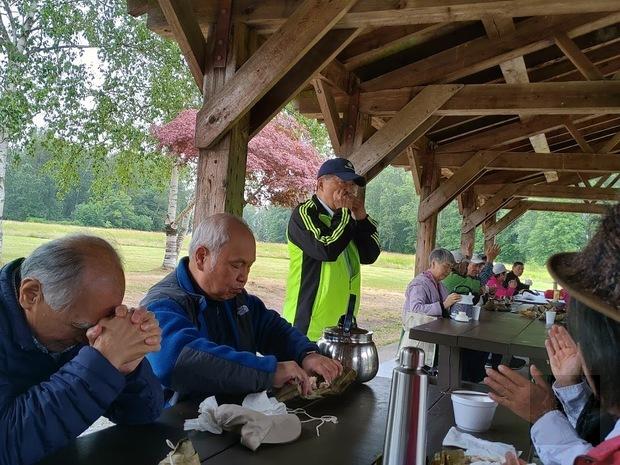 溫哥華臺灣客家會端午郊遊野外趣活動,鄉親演奏口琴助興。