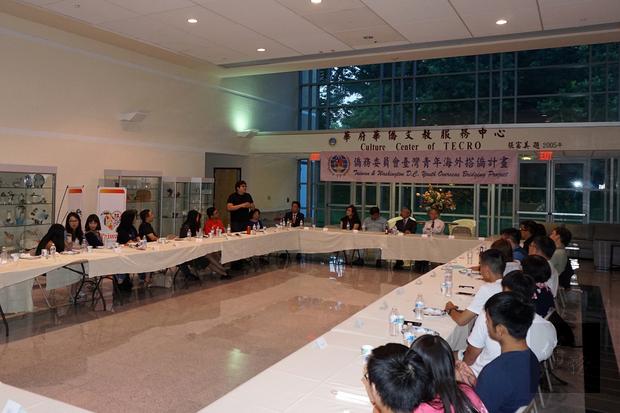 惜別餐會現場﹐學員及僑領們圍坐一起﹐交流感想。