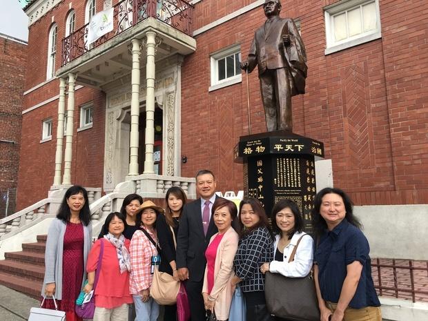 林文韵(左二)及林青蓉(左五)拜訪西雅圖中華僑民學校。