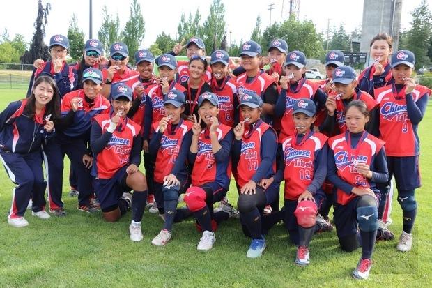 中華女壘隊角逐加拿大盃 僑胞熱情加油打氣