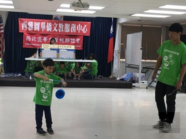 林彥碩(右)指導尚未滿7歲小朋友表演扯鈴,成果深獲肯定。