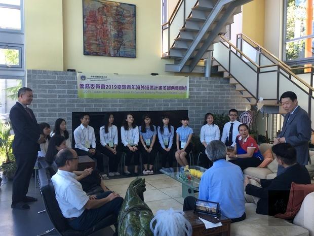 范國樞(右站立者)感謝僑胞熱情支持及撥冗參與。