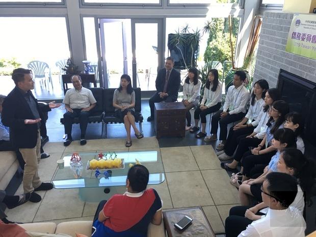陳志賢(左站立者)勉勵學員勇敢逐夢,並堅定毅力克服困難。