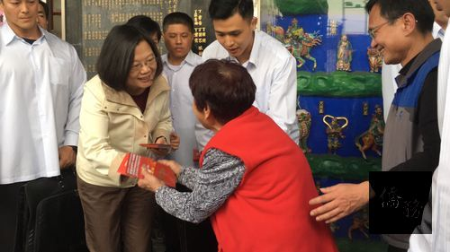 President Tsai hands out red envelopes Lunar New Year's day