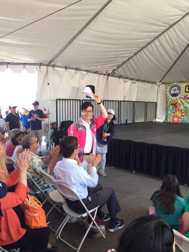 翁桂堂與現場觀眾致意