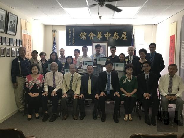馬鍾麟(前排右4)及蘇上傑(前排右2)與所有學生嘉賓合影