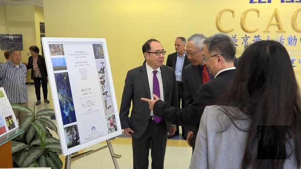 薛瑞元(右二)在參訪美京華人活動中心﹐與會長李志翔﹑董事林雄生等交流。