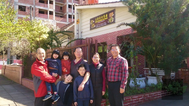 詹前校(右1)、柯俊同(左1)拜會元發素食餐廳,瞭解餐廳經營現況後,與負責人林益賢(後排右3)全家福合影留念。