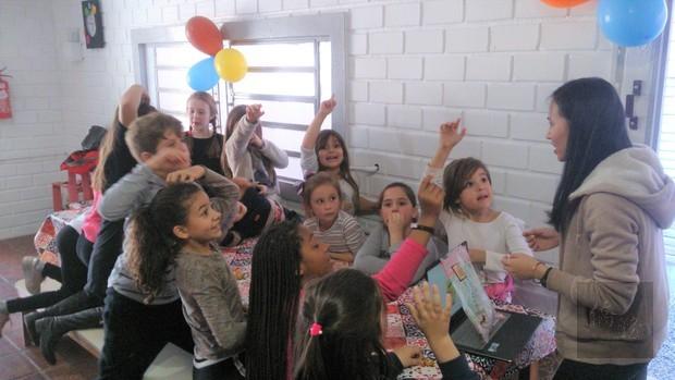 連晏均(右1)的教學方式充分吸引巴西學生們的學習興趣。