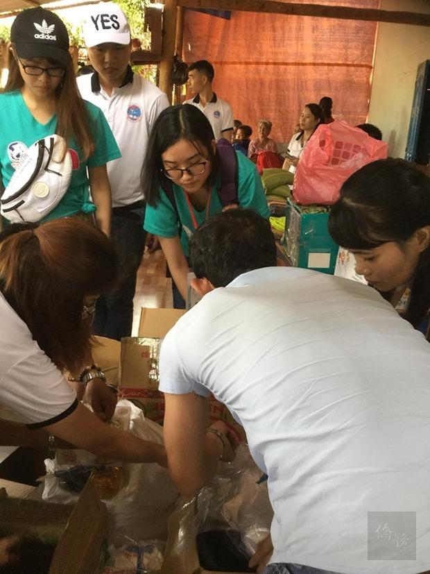 來自臺灣昂揚計畫學生協助發送物資